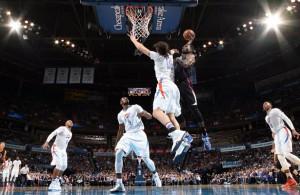 Steven Adams von den Oklahoma City Thunder verteidigt gegen die Los Angeles Clippers den eigenen Korb.