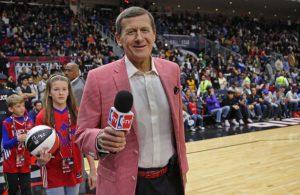 Craig Sager vom amerikanischen TV-Sender TNT berichtet live von einem NBA-Spiel.