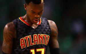 Dennis Schröder von den Atlanta Hawks konzentriert sich in der Auszeit eines NBA-Spiels.