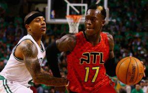 Dennis Schröder von den Atlanta Hawks zieht im NBA-Spiel gegen die Boston Celtics an Gegenspieler Isaiah Thomas vorbei.