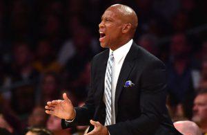 Byron Scott, Ex-Coach der Los Angeles Lakers, gibt seinem Team von der Seitenlinie aus Anweisungen.