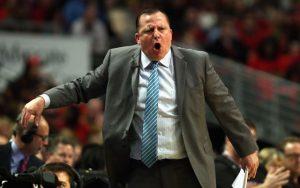 Tom Thibodeau, der neue Headcoach der Minnesota Timberwolves, gibt an der Seitenlinie Anweisungen.