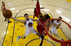 Klay Thompson von den Golden State Warriors zieht gegen Dwight Howard von den Houston Rockets zum Korb.