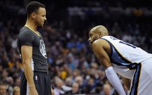 Steph Curry von den Golden State Warriors und Vince Carter von den Memphis Grizzlies unterhalten sich in einer Spielpause.