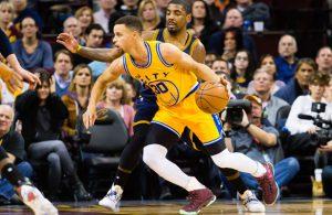 Steph Curry von den Golden State Warriors versucht im Duell mit Kyrie Irving von den Cleveland Cavaliers zum Korb zu kommen.