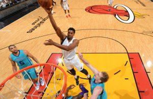 Hassan Whiteside von den Miami Heat erzielt im Spiel gegen die Charlotte Hornets einen Korb.