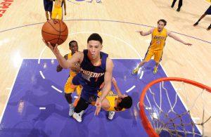 Devin Booker von den Phoenix Suns kommt im NBA-Spiel gegen die Los Angeles Lakers zu einem Korbleger.