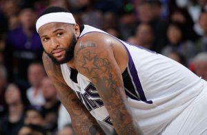 DeMarcus Cousins von den Sacramento Kings stützt sich in einer Auszeit auf seine Knie.