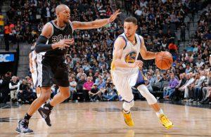 Stephen Curry von den Golden State Warriors zieht im NBA-Spiel gegen die San Antonio Spurs zum Korb.