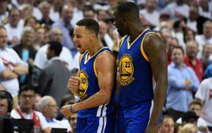 Stephen Curry und Draymond Green von den Golden State Warriors feiern den Sieg im NBA-Spiel gegen die Portland Trail Blazers den Sieg.