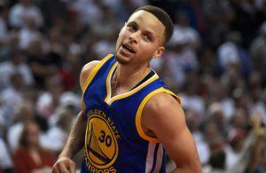 Steph Curry von den Golden State Warriors freut sich über einen seiner Korberfolge im NBA-Spiel gegen die Portland Trail Blazers.
