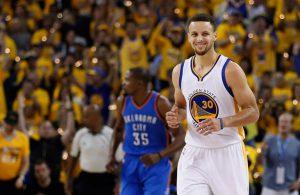 Steph Curry von den Golden State Warriors freut sich im NBA-Playoff-Spiel gegen die Oklahoma City Thunder über einen Korberfolg.