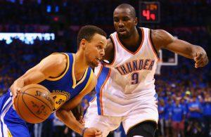 Steph Curry von den Golden State Warriors zieht im NBA-Spiel gegen Oklahoma City an Gegenspieler Serge Ibaka vorbei.