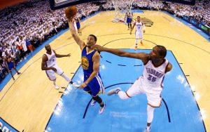 Steph Curry von den Golden State Warriors wird beim Korbleger von Gegenspieler Kevin Durant attackiert.