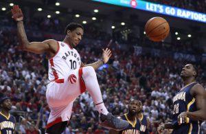 DeMar DeRozan von den Toronto Raptors vollendet im NBA-Spiel gegen die Indiana Pacers einen Dunking.