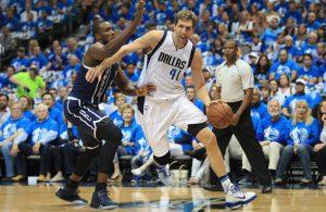 Dirk Nowitzki von den Dallas Mavericks dribbelt mit dem Ball in der Hand an Serge Ibaka von den Oklahoma City Thunder vorbei.