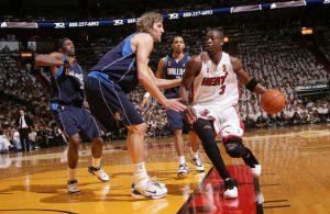 Dwyane Wade von den Miami Heat zieht im NBA-Finale 2006 an seinem Gegenspieler Dirk Nowitzki vorbei.
