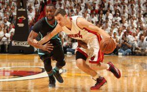 Goran Dragic von den Miami Heat zieht im NBA-Spiel gegen die Charlotte Hornets an seinem Gegenspieler Kemba Walker vorbei.