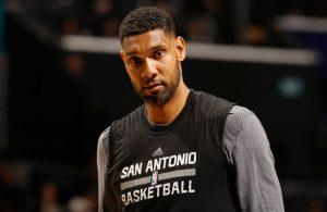 Tim Duncan von den San Antonio Spurs verlässt den Court nach der Niederlage gegen die Oklahoma City Thunder.