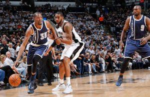 Kevin Durant von den Oklahoma City Thunder zieht im NBA-Spiel gegen die San Antonio Spurs an seinem Gegenspieler Kawhi Leonard vorbei.