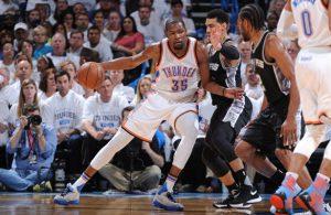 Kevin Durant von den Oklahoma City Thunder postet gegen Danny Green von den San Antonio Spurs auf.