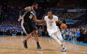 Kevin Durant von den Oklahoma City Thunder zieht im NBA-Spiel gegen die San Antonio Spurs an seinem Gegenspieler LaMarcus Aldridge vorbei.