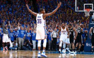 Kevin Durant von den Oklahoma City Thunder lässt sich im NBA-Spiel gegen die San Antonio Spurs von den Fans feiern.