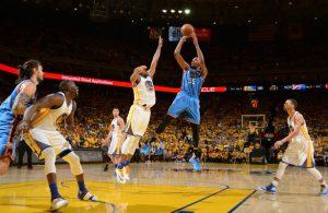Kevin Durant von den Oklahoma City Thunder macht im NBA-Spiel gegen die Golden State Warriors einen Sprungwurf.
