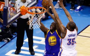 Kevin Durant von den Oklahoma City Thunder blockt im NBA-Spiel gegen die Golden State Warriors seinen Gegenspieler Draymond Green.