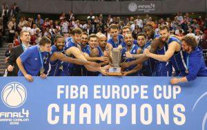 Die Fraport Skyliners feiern nach der Pokalübergabe den Sieg im EuroCup, einem europäischen Pokal im Basketball.