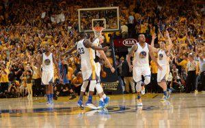 Steph Curry und seine Kollegen der Golden State Warriors feiern den Sieg im siebten Spiel gegen die Oklahoma City Thunder.