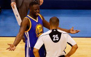 Draymond Green von den Golden State Warriors beschwert sich im NBA-Spiel gegen die Oklahoma City Thunder über eine Entscheidung der Schiedsrichter.