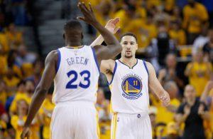 Draymond Green und Klay Thompson von den Golden State Warriors klatschen sich in einer Auszeit des NBA-Spiels gegen die Portland Trail Blazers ab.