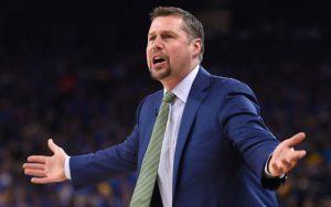 Dave Joerger, Headcoach der Memphis Grizzlies, gibt seinem Team von der Seitenlinie Anweisungen.