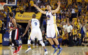 Klay Thompson von den Golden State Warriors feiert im NBA-Spiel gegen die Portland Trail Blazers einen Korb.