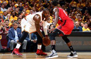 LeBron James von den Cleveland Cavaliers geht im NBA-Spiel gegen die Toronto Raptors ins Duell mit DeMarre Carroll.