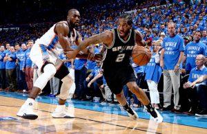 Kawhi Leonard von den San Antonio Spurs dribbelt im NBA-Spiel gegen die Oklahoma City Thunder an seinem Gegenspieler vorbei.