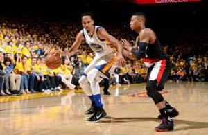 Shaun Livingston von den Golden State Warriors im Duell mit NBA-Kollege Damian Lillard von den Portland Trail Blazers.