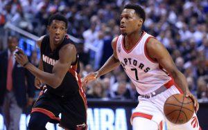 Kyle Lowry von den Toronto Raptors setzt sich im NBA-Spiel gegen die Miami Heat gegen Josh Richardson durch.