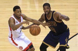 Kyle Lowry von den Toronto Raptors setzt sich im NBA-Spiel gegen die Cleveland Cavaliers gegen Tristan Thompson durch.