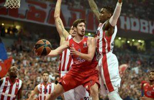 Nando de Colo von ZSKA Moskau setzt sich in der Basketball-Euroleague gegen zwei Verteidiger durch.