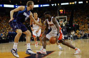 Dirk Nowitzki von den Dallas Mavericks verteidigt in den Playoffs 2007 gegen Stephen Jackson von den Golden State Warriors.