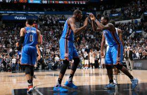 Russell Westbrook, Kevin Durant und Dion Waiters feiern den Sieg ihrer Oklahoma City Thunder bei den San Antonio Spurs.