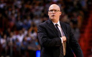 Scott Skiles, Headcoach der Orlando Magic, gibt seinem Team während eines NBA-Spiels von der Seitenlinie aus Anweisungen.