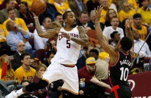 J.R. Smith von den Cleveland Cavaliers rettet einen Ball vor dem Aus im NBA-Spiel gegen die Toronto Raptors.