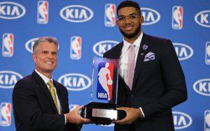 Karl-Anthony Towns von den Minnesota Timberwolves erhält den Award als Rookie of the year der NBA.