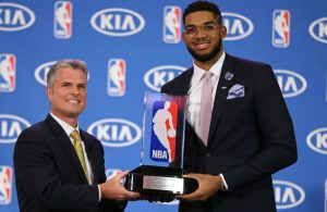 Karl-Anthony Towns von den Minnesota Timberwolves erhält den Award als Rookie of the year der NBA.