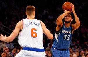 Karl-Anthony Towns von den Minnesota Timberwolves nimmt im NBA-Spiel gegen die New York Knicks einen Wurf über seinen Gegenspieler Kristaps Porzingis.