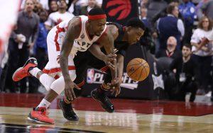 Terrence Ross von den Toronto Raptors klaut im NBA-Spiel gegen die Miami Heat den Ball von seinem Gegenspieler Josh Richardson.