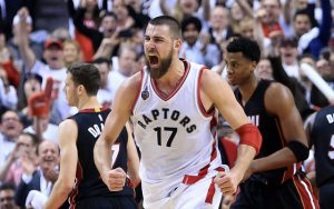 Jonas Valanciunas von den Toronto Raptors feiert im NBA-Spiel gegen die Miami Heat einen Korberfolg seines Teams.